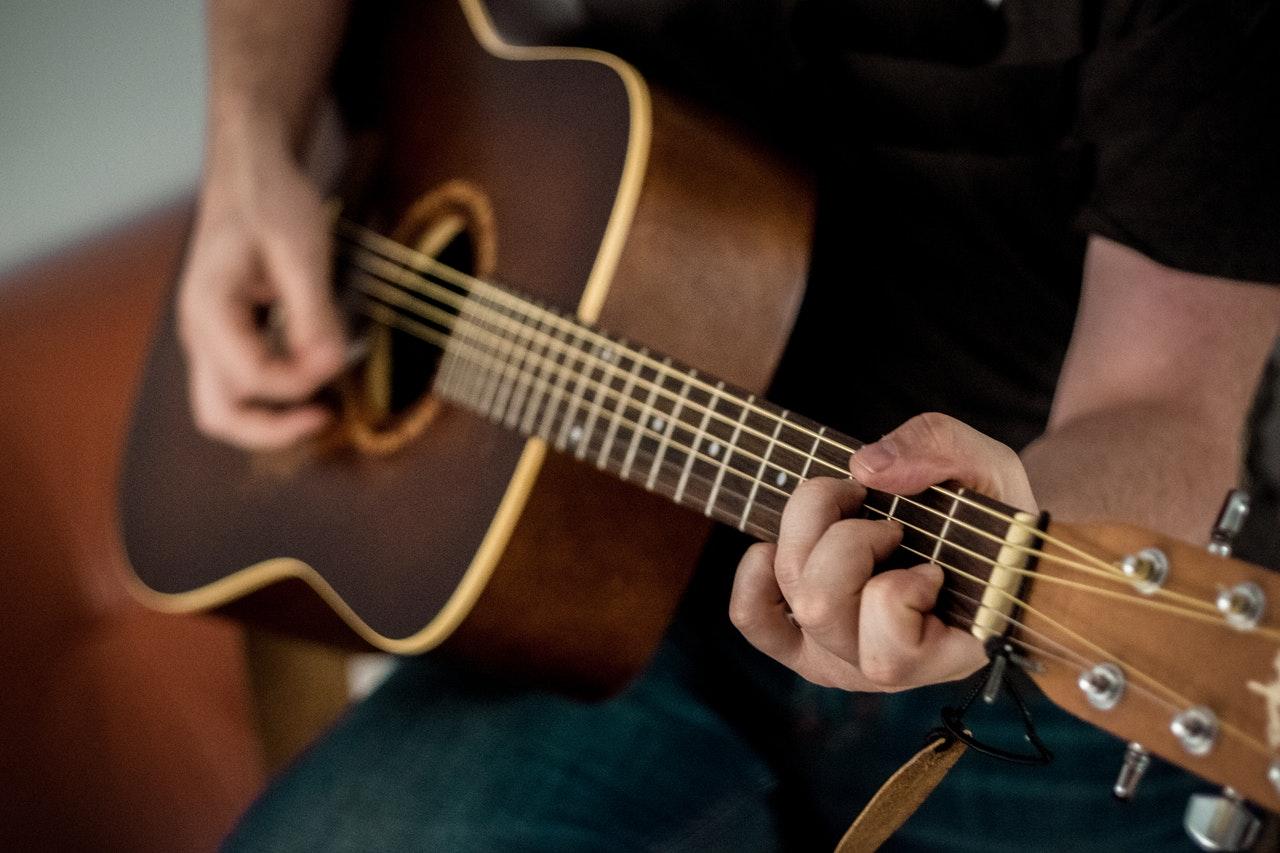 Hoe kun je de snaren van de gitaar leren kennen?